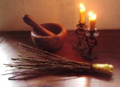 calendrier lunaire outils magiques fouet-de-sorciere